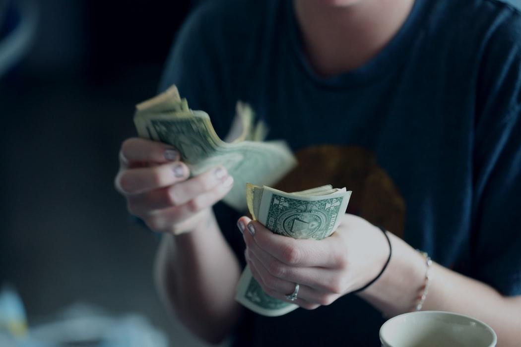 専業主婦になるには夫の年収がどれ位必要?